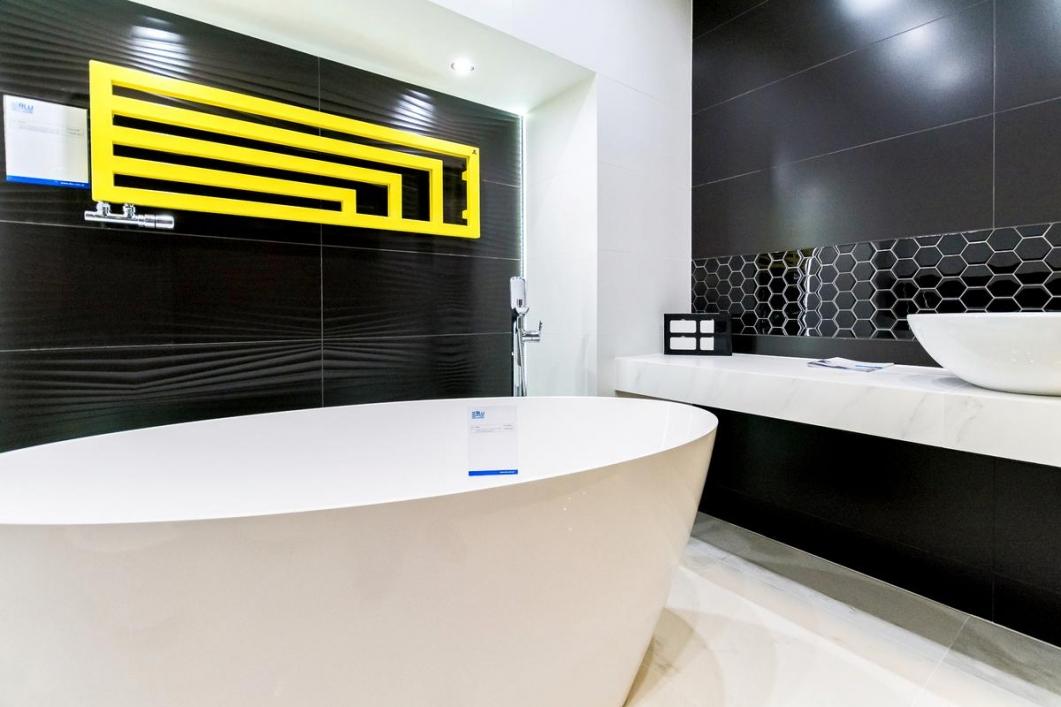 Żółty akcent w czarno-białej oprawie - BLU salon łazienek Łódź - zdjęcie od BLU salon łazienek Łódź