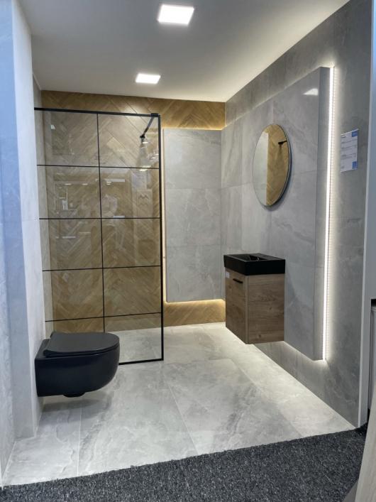 Szara łazienka z elementami drewna i ciemną ceramiką w BLU Kędzierzyn-Koźle