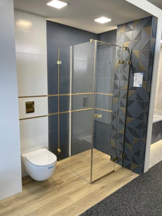 Biel, granat i złoto w aranżacji nowoczesnej łazienki w BLU Kędzierzyn-Koźle