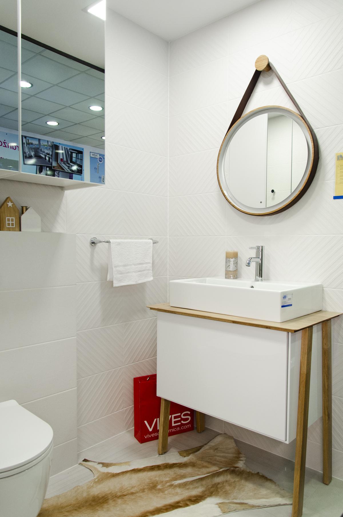 Aranżacja białej łazienki w stylu skandynawskim z płytką strukturalną - zdjęcie od BLU salon łazienek Koszalin