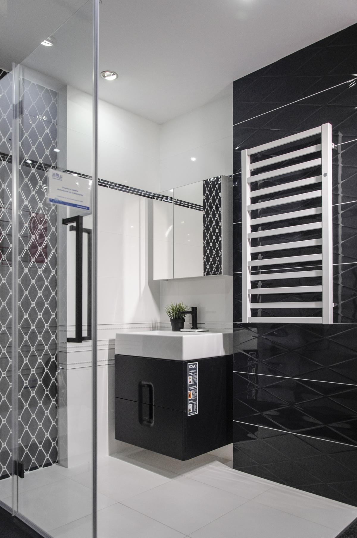 Aranżacja biało-czarnej łazienki z połączeniem wielu faktur płytek - zdjęcie od BLU salon łazienek Kołobrzeg