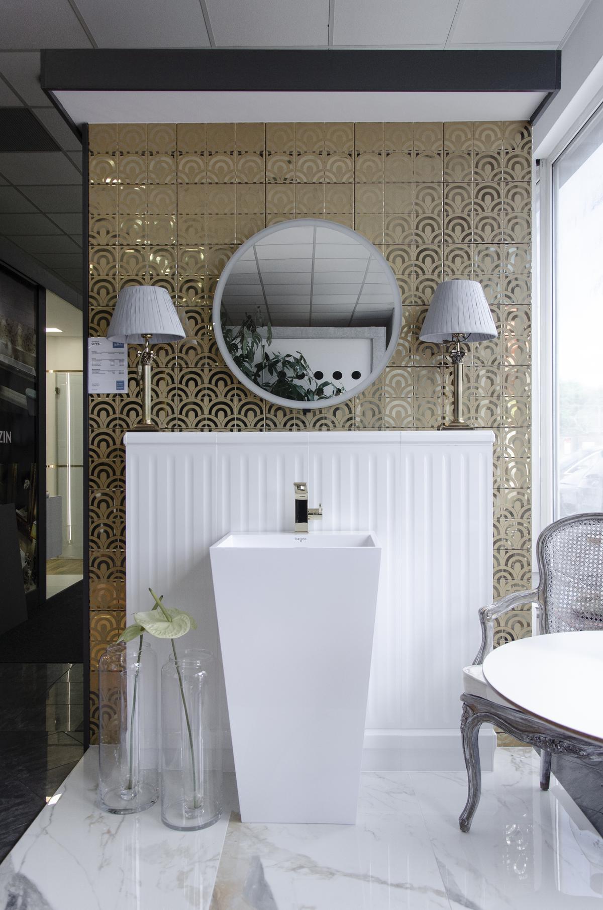 Aranżacja bogato zdobionej łazienki ze złotą płytką ozdobną - zdjęcie od BLU salon łazienek Koszalin