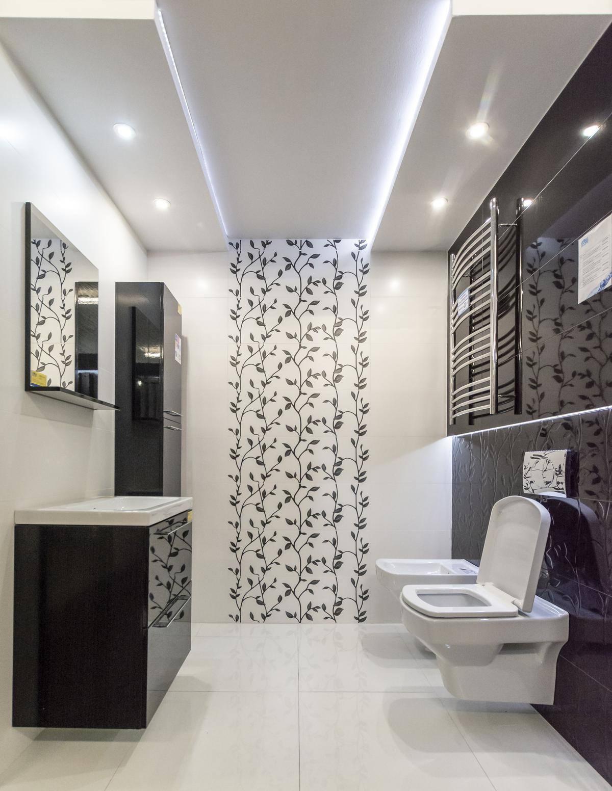 Aranżacja czarno-białej łazienki z wzorem roślin Opoczno Vinter Vine - zdjęcie od BLU salon łazienek Biała Podlaska