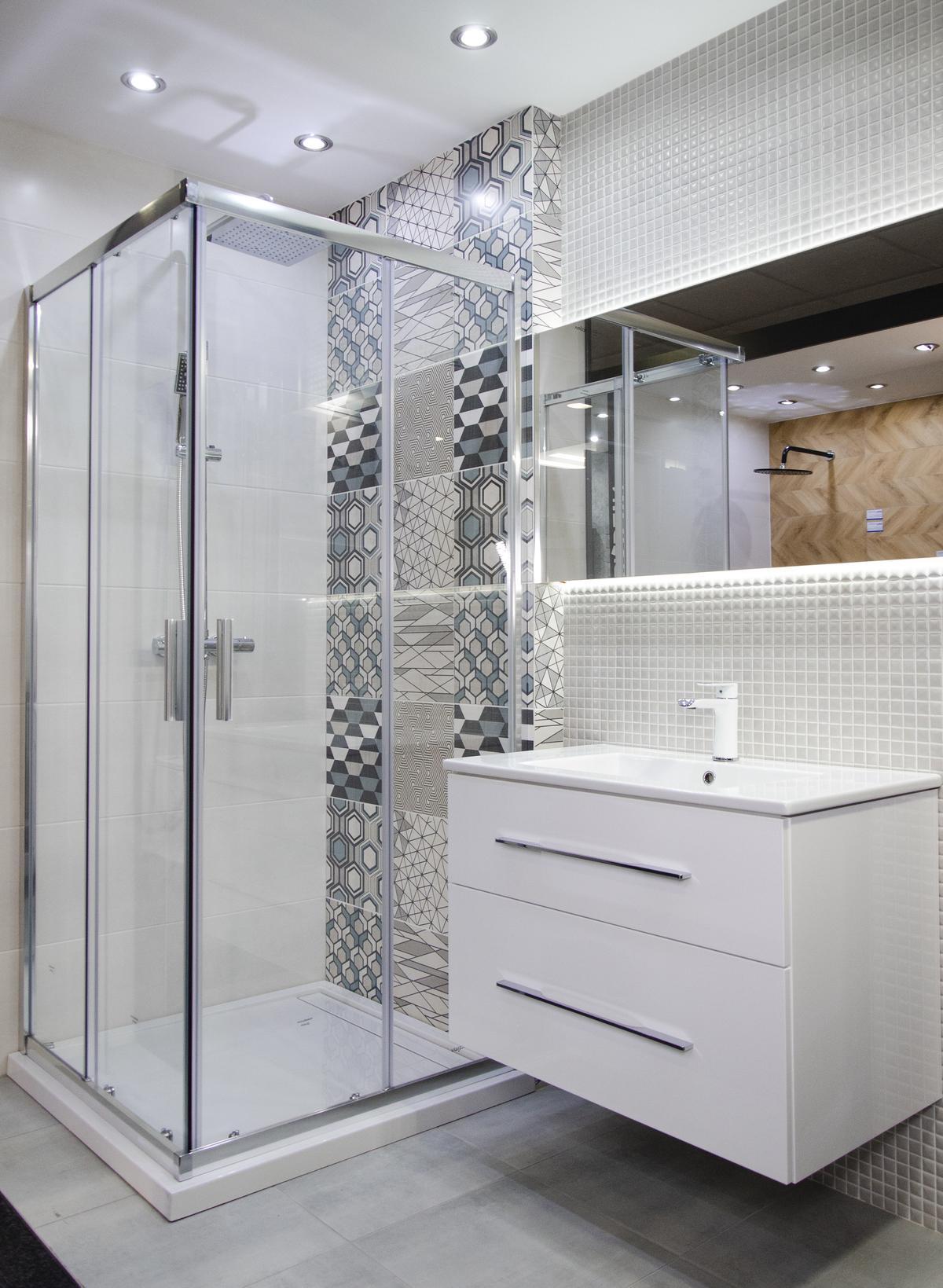 Aranżacja eklektycznej łazienki z płytką patchworkową i mozaiką - zdjęcie od BLU salon łazienek Kołobrzeg