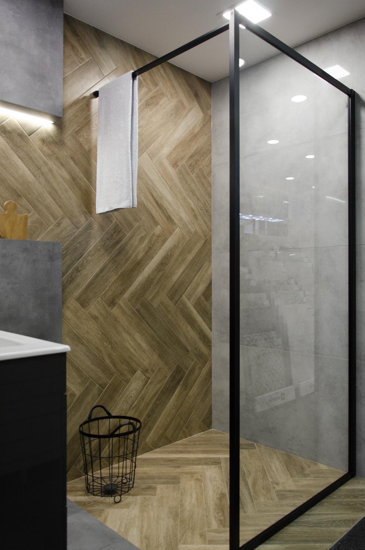 Aranżacja industrialnej łazienki z płytką ułożoną w jodełkę - zdjęcie od BLU salon łazienek Koszalin