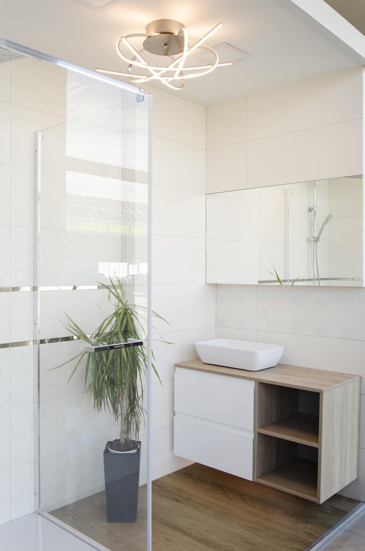 Aranżacja jasnej, ciepłej łazienki z kabiną prysznicową - zdjęcie od BLU salon łazienek Pułtusk