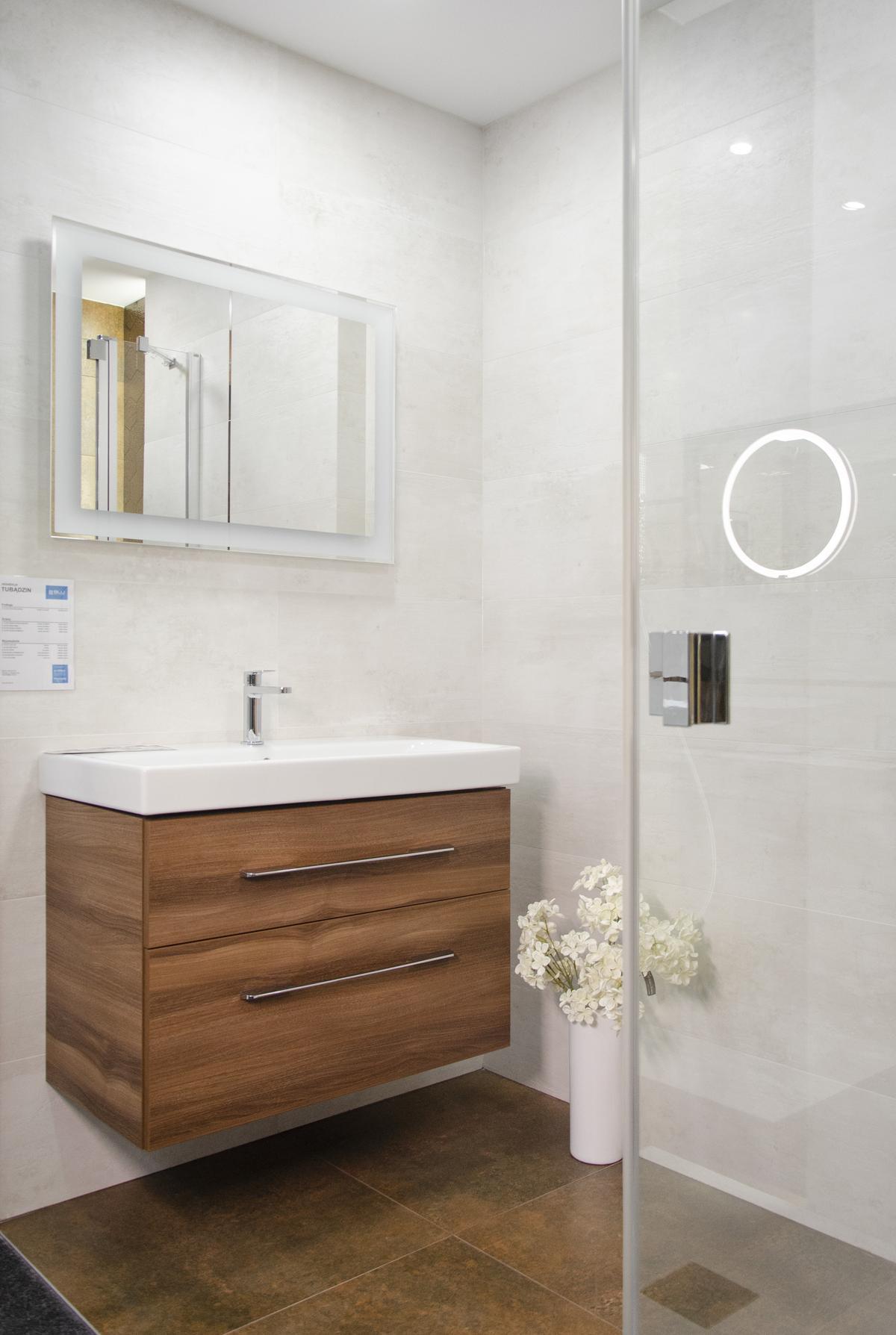 Aranżacja jasnej łazienki z ciemną podłogą imitującą rdzę - zdjęcie od BLU salon łazienek Koszalin