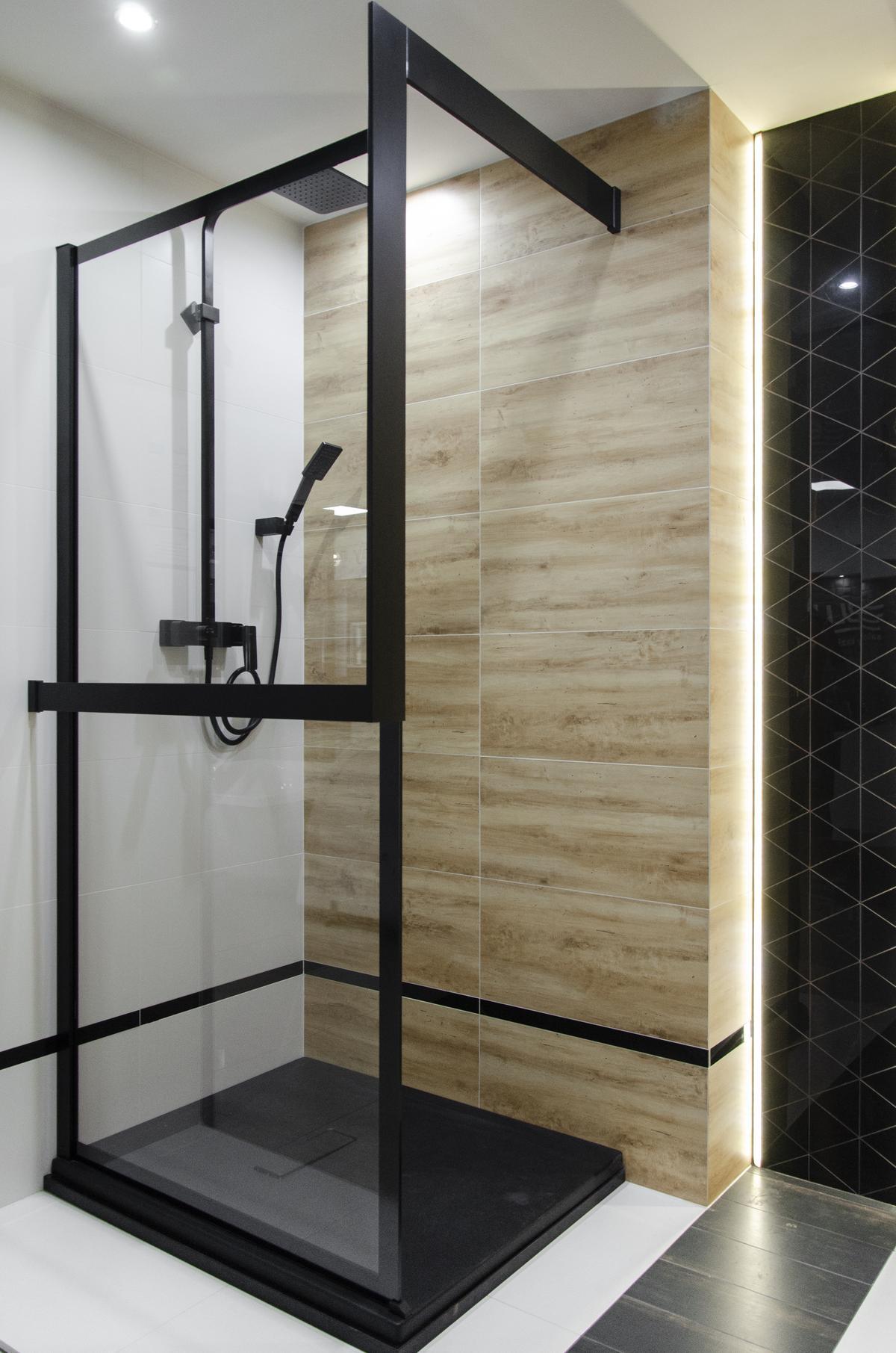 Aranżacja kabiny prysznicowej w nowoczesnym stylu z czarnymi akcentami - zdjęcie od BLU salon łazienek Grudziądz