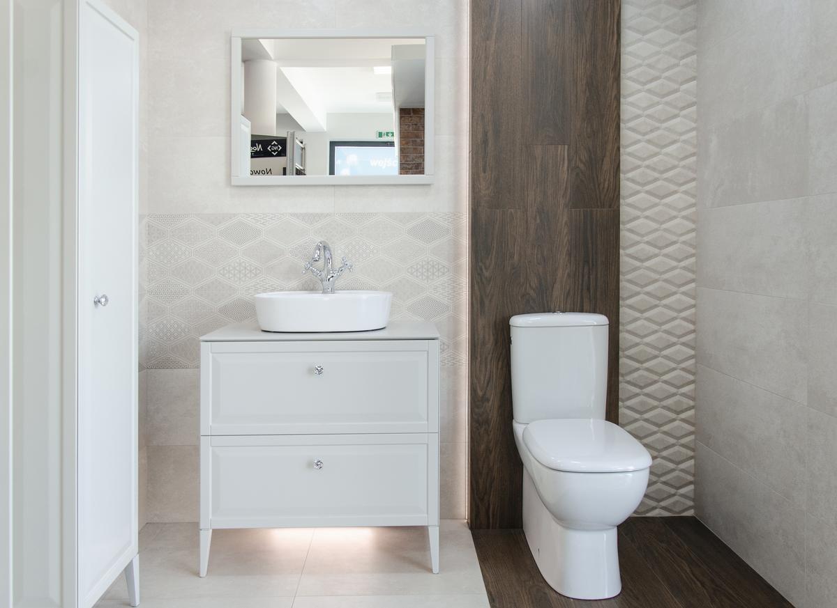 Aranżacja łazienki w beżach z meblami w stylu francuskim - zdjęcie od BLU salon łazienek Pułtusk