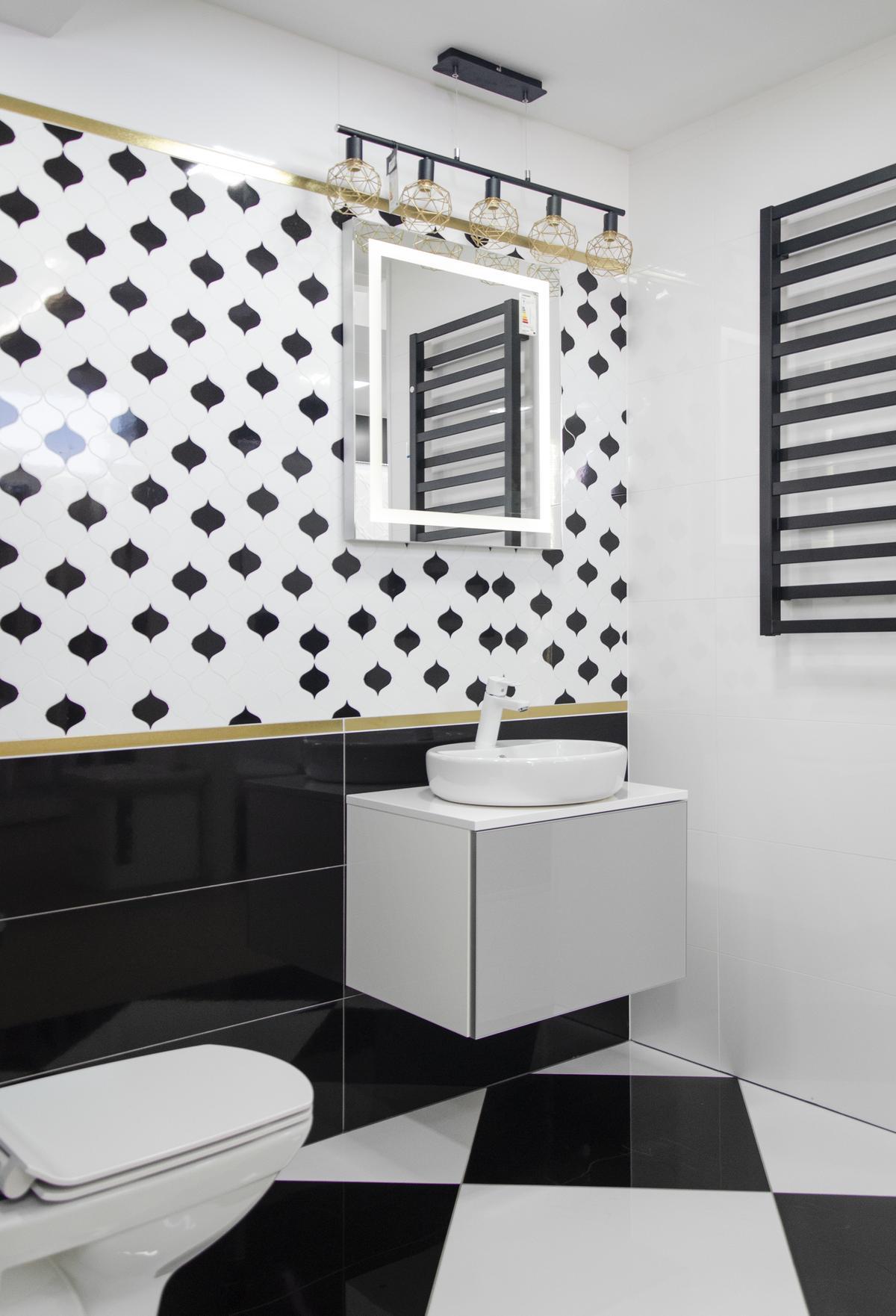 Aranżacja łazienki w stylu glamour z biało-czarnymi płytkami - zdjęcie od BLU salon łazienek Pułtusk
