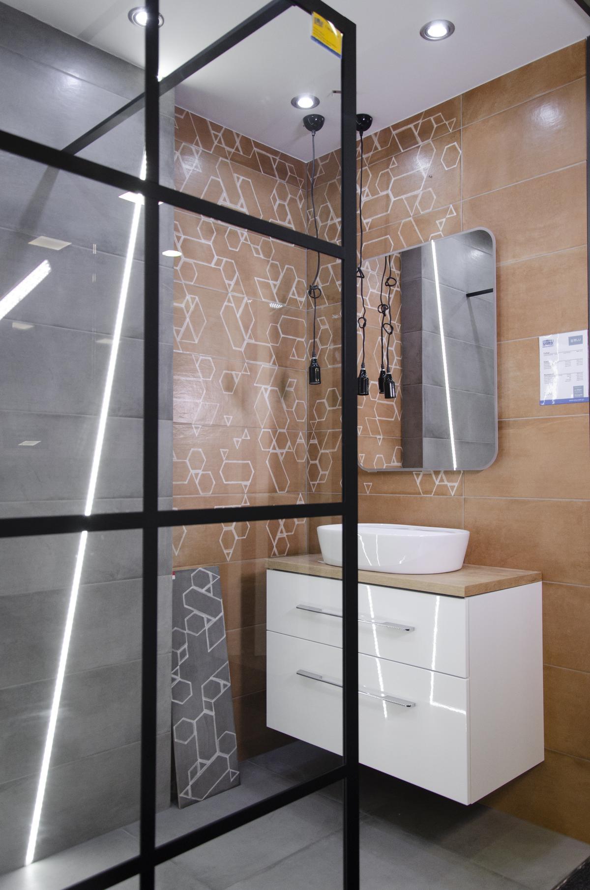 Aranżacja łazienki w stylu industrialnym z motywem cegły i betonu - zdjęcie od BLU salon łazienek Koszalin