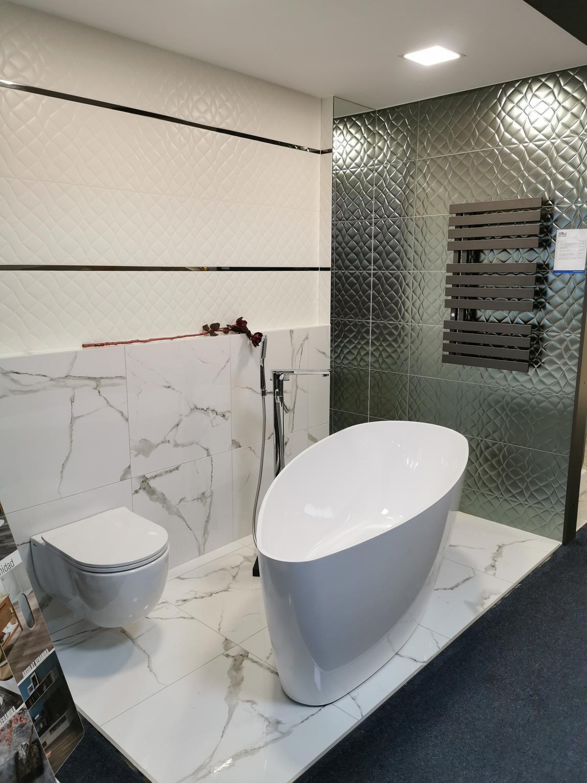 Aranżacja łazienki z kolekcją Azario Stone Marmi - zdjęcie od BLU salon łazienek Ciechanów