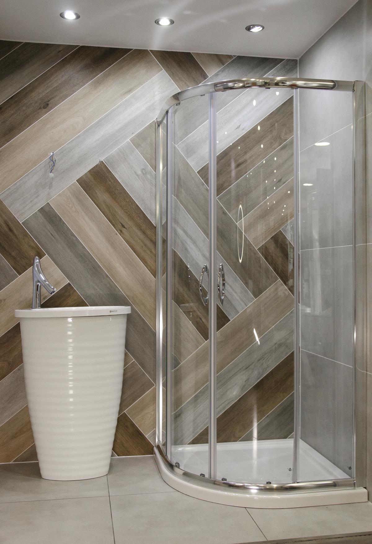 Aranżacja łazienki z ozdobną ścianą wykończoną płytką drewnopodobną - zdjęcie od BLU salon łazienek Kołobrzeg