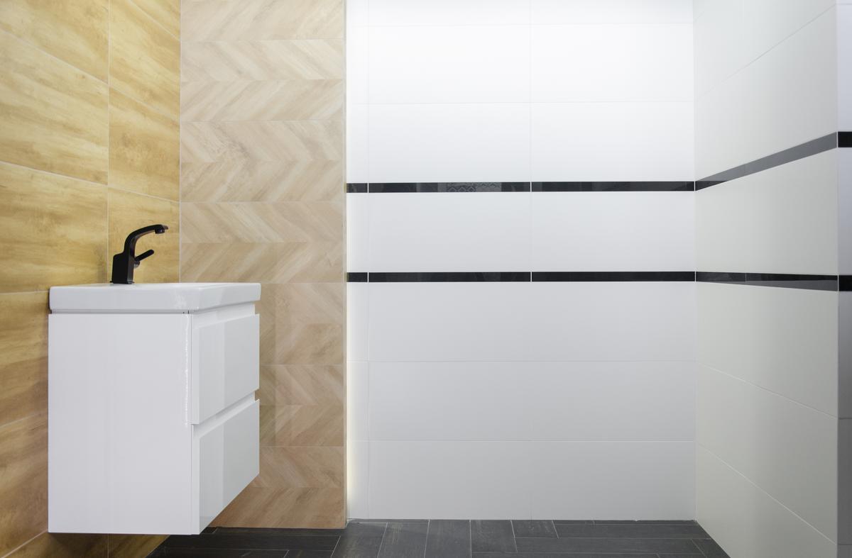 Aranżacja łazienki z płytką drewnopodobną ułożoną na różne sposoby - zdjęcie od BLU salon łazienek Łowicz