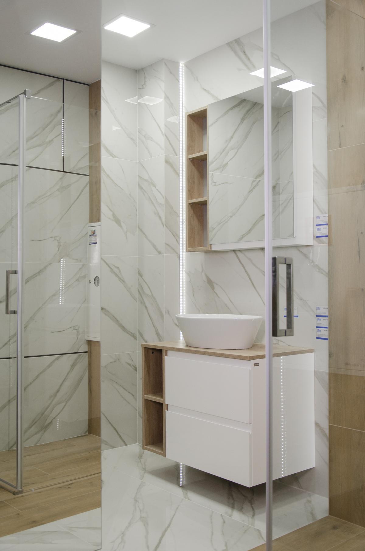 Aranżacja łazienki z płytką imitującą marmur i płytką drewnopodobną - zdjęcie od BLU salon łazienek Białystok