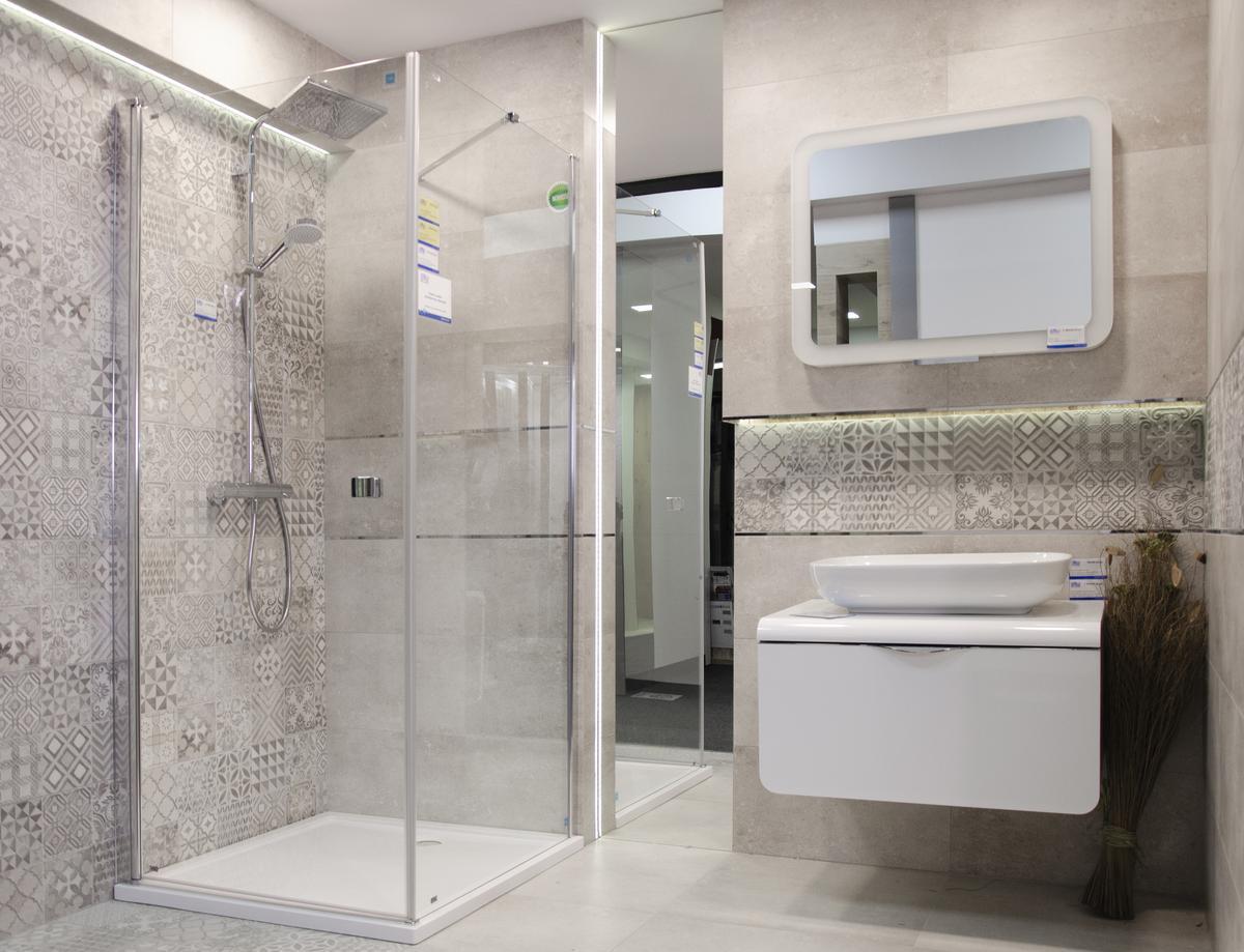 Aranżacja łazienki z szarą płytką patchworkową - zdjęcie od BLU salon łazienek Białystok