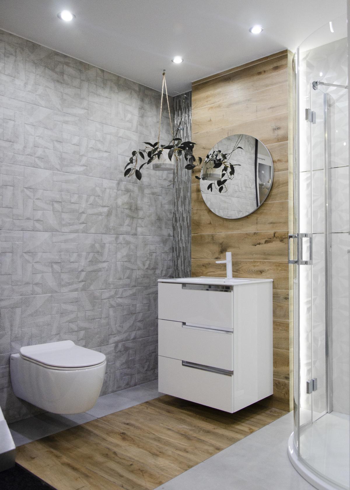 Aranżacja naturalistycznej łazienki z ozdobną ścianą imitującą beton - zdjęcie od BLU salon łazienek Kołobrzeg