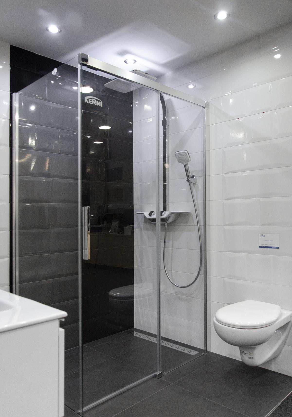 Aranżacja nowoczesnej biało-czarnej łazienki wykończonej kafelkami - zdjęcie od BLU salon łazienek Kołobrzeg
