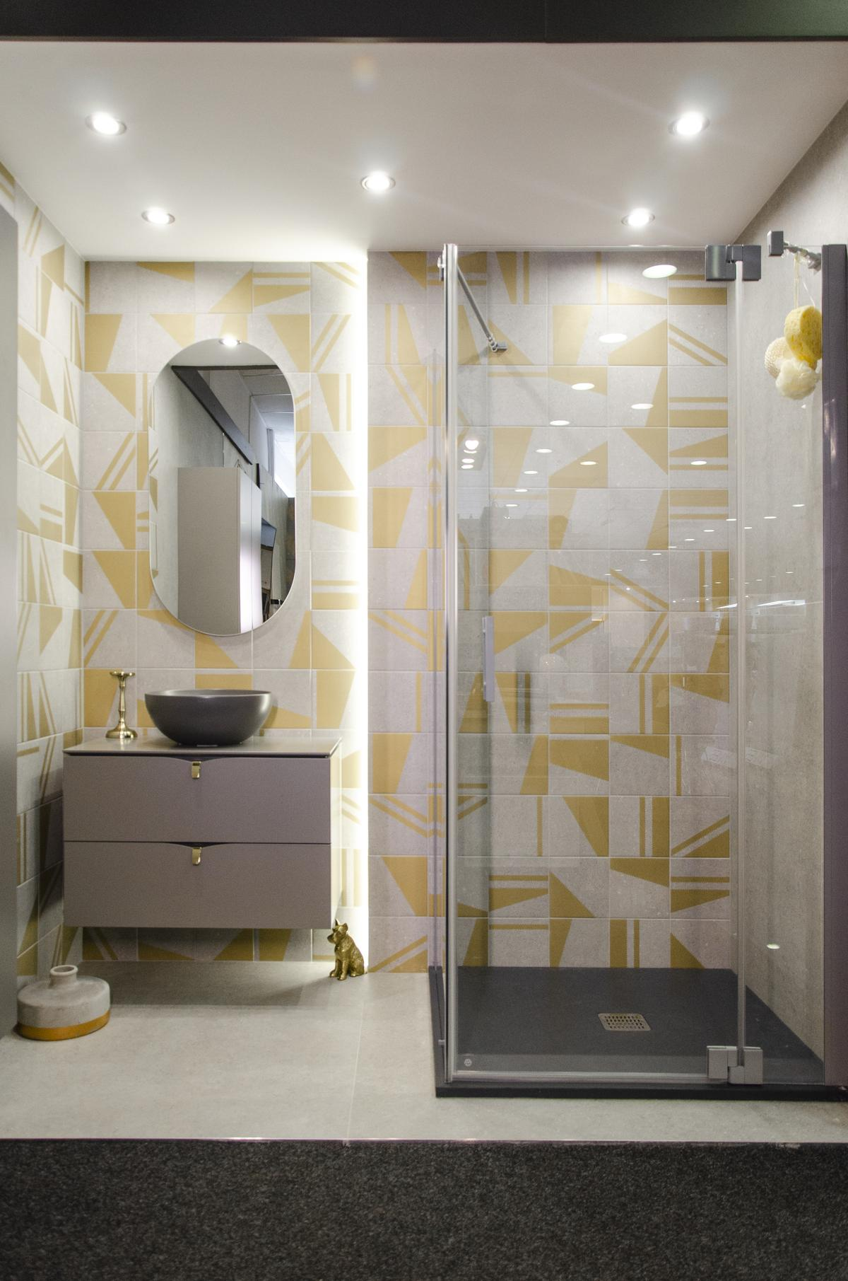 Aranżacja nowoczesnej biało-żółtej łazienki z kabiną prysznicową - zdjęcie od BLU salon łazienek Koszalin