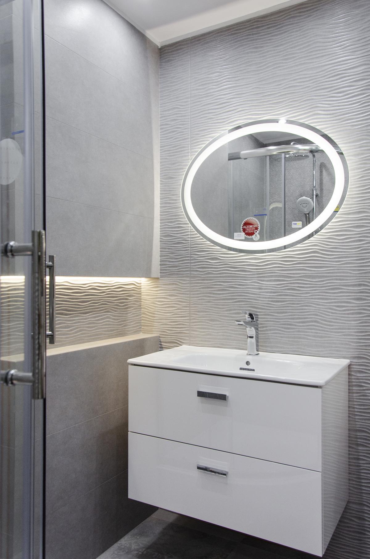 Aranżacja szarej łazienki wykończonej płytką strukturalną - zdjęcie od BLU salon łazienek Skierniewice