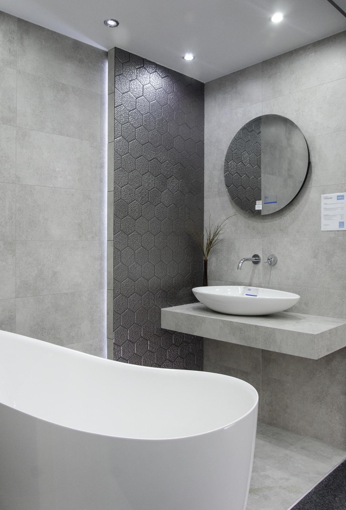 Aranżacja szarej łazienki z dekoracyjną płytką w kształcie heksagonów - zdjęcie od BLU salon łazienek Skierniewice