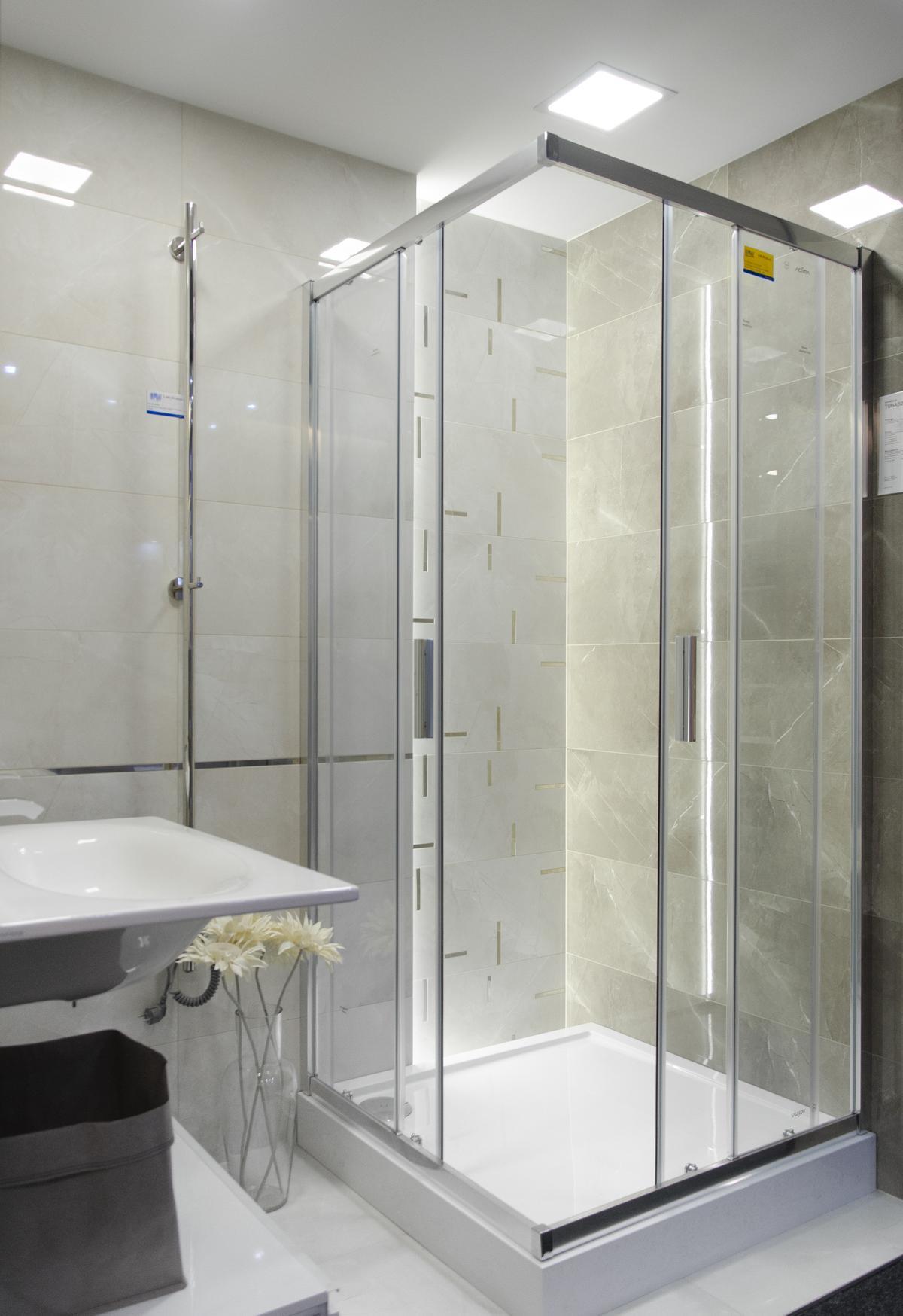 Aranżacja szarej łazienki z połyskującą płytką imitującą kamień - zdjęcie od BLU salon łazienek Koszalin