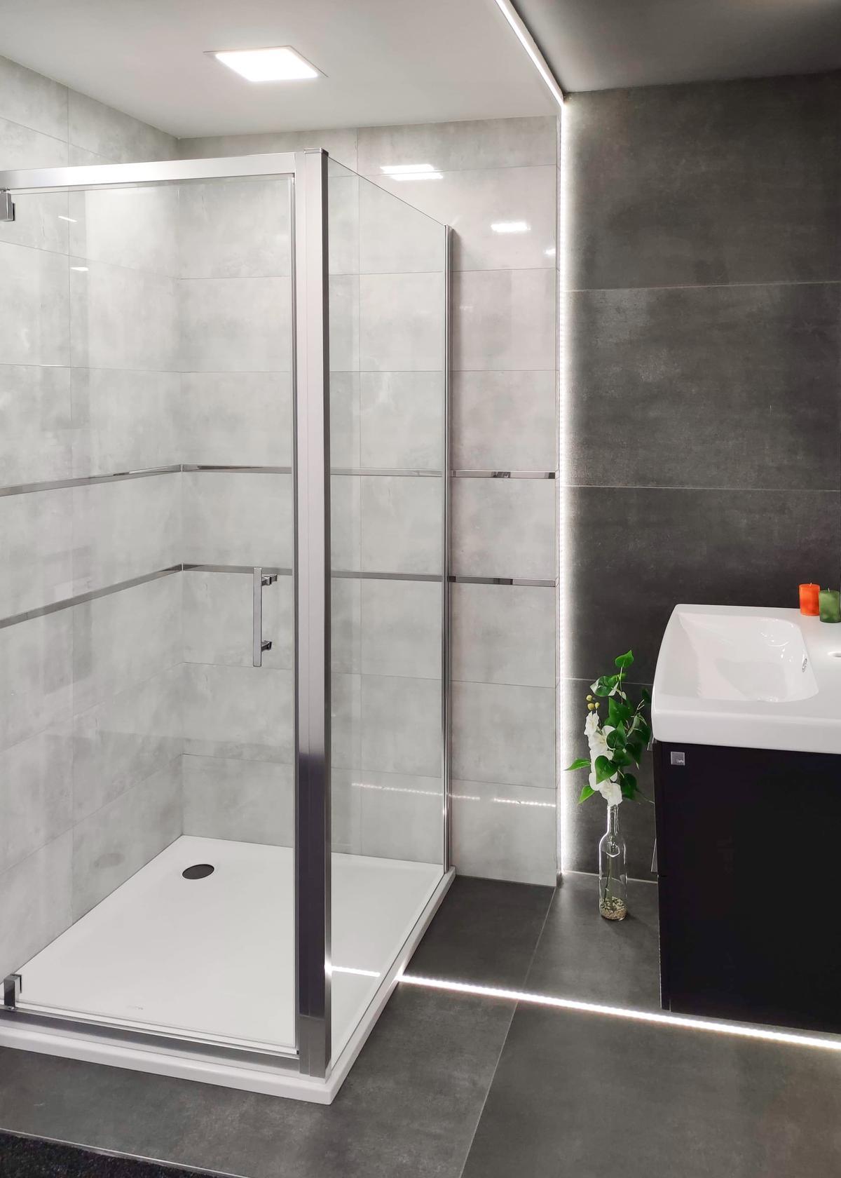 Aranżacja szarej łazienki z prysznicem w BLU Września - zdjęcie od BLU salon łazienek Września