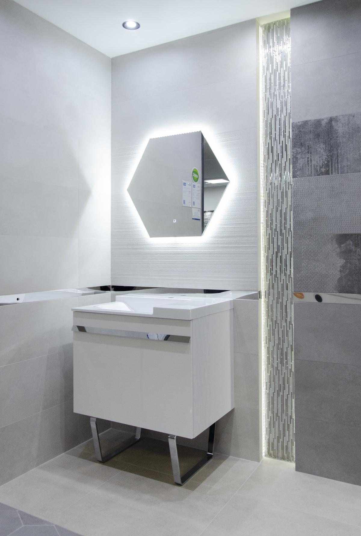 Aranżacja szarej łazienki ze srebrnymi elementami  - zdjęcie od BLU salon łazienek Grudziądz
