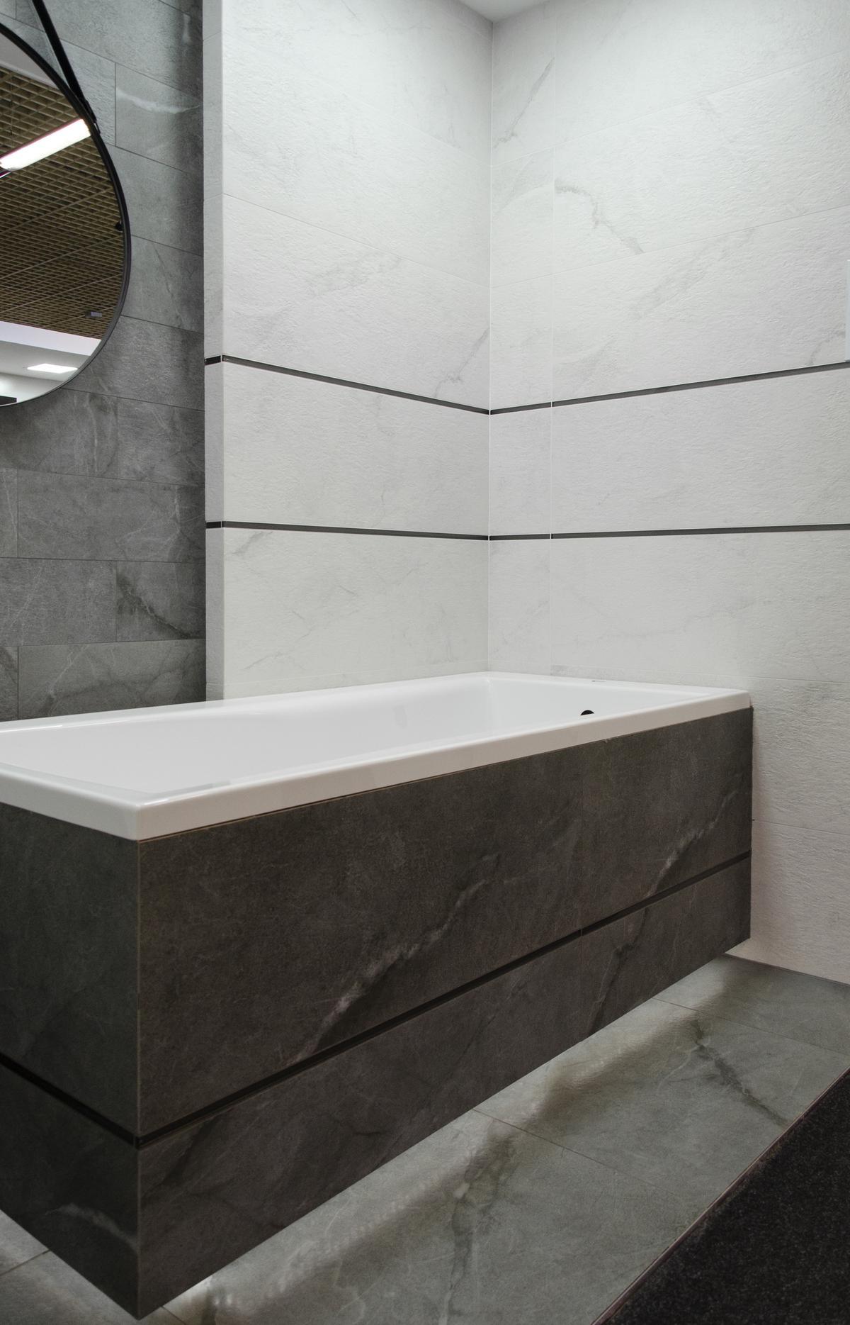 Aranżacja szarej strefy kąpielowej z płytką imitującą kamień  - zdjęcie od BLU salon łazienek Łowicz