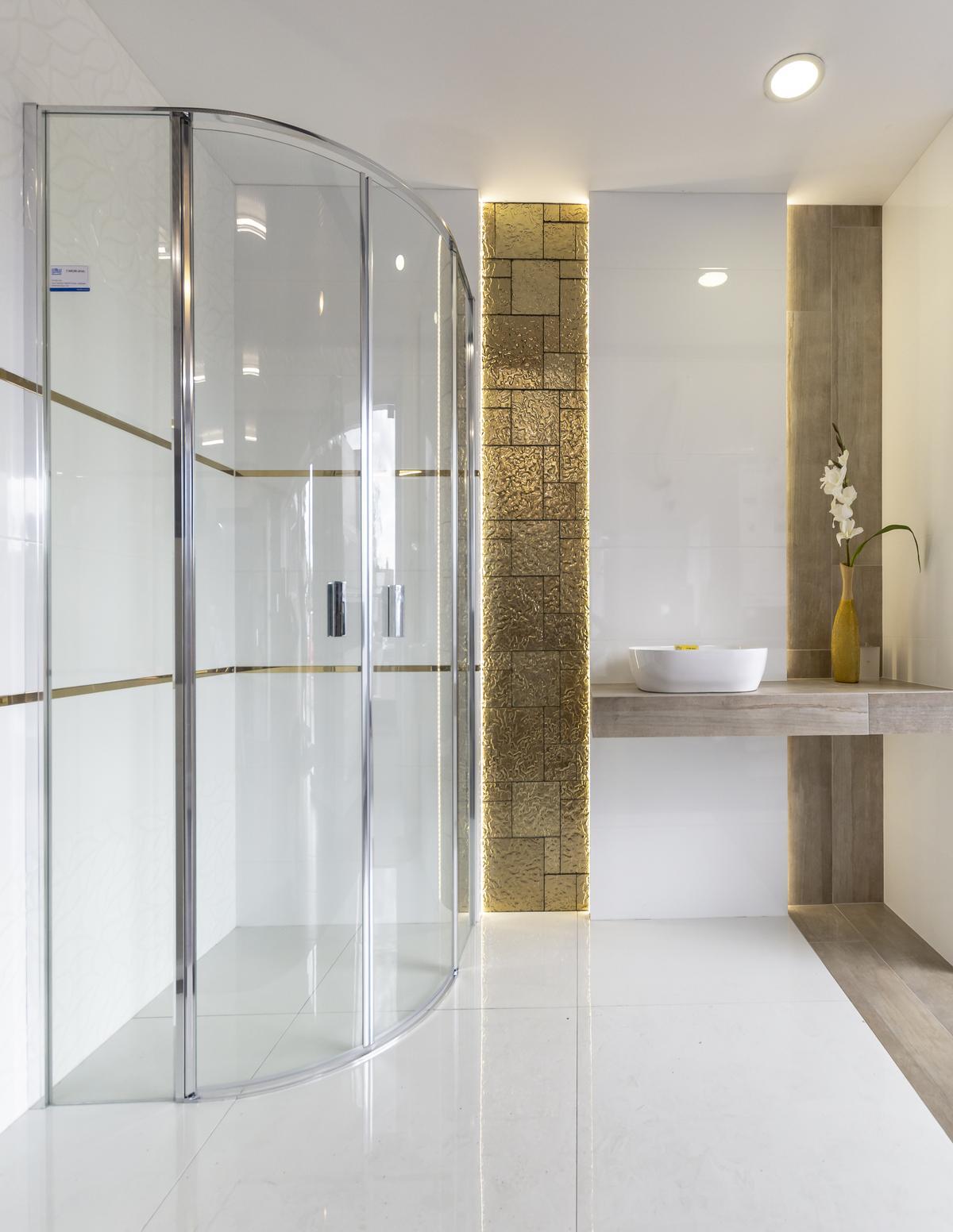 Biała łazienka glamour ze złotymi akcentami mozaiki Midas - zdjęcie od BLU salon łazienek Biała Podlaska