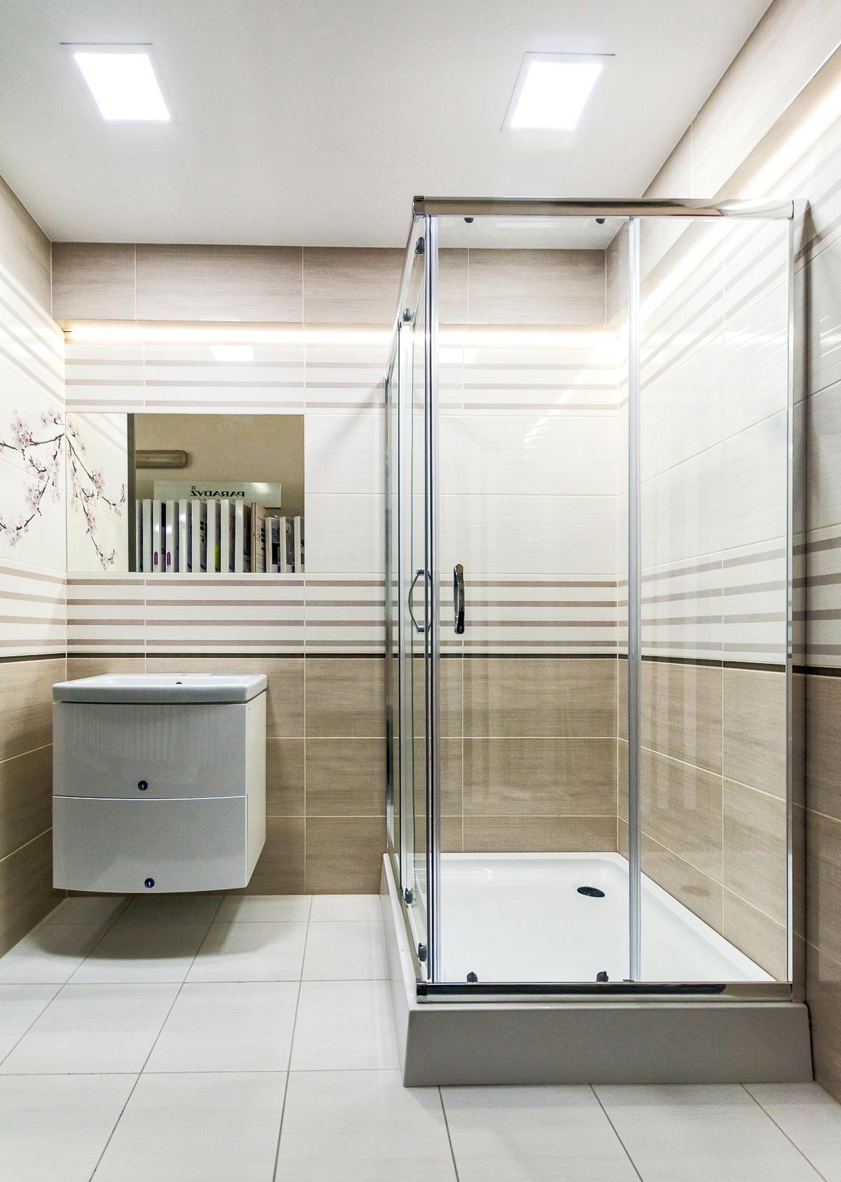 Biała łazienka z dodatkiem drewna - zdjęcie od BLU salon łazienek Giżycko