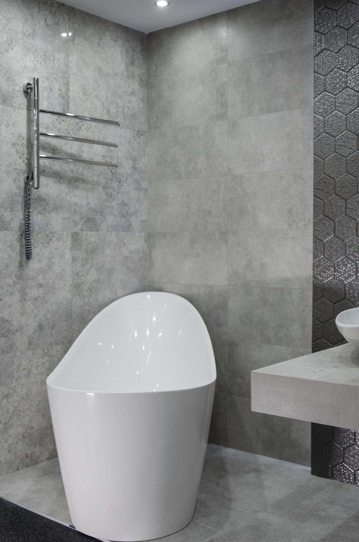 Biała wanna wolnostojąca w aranżacji z szarą płytka imitującą beton - zdjęcie od BLU salon łazienek Skierniewice