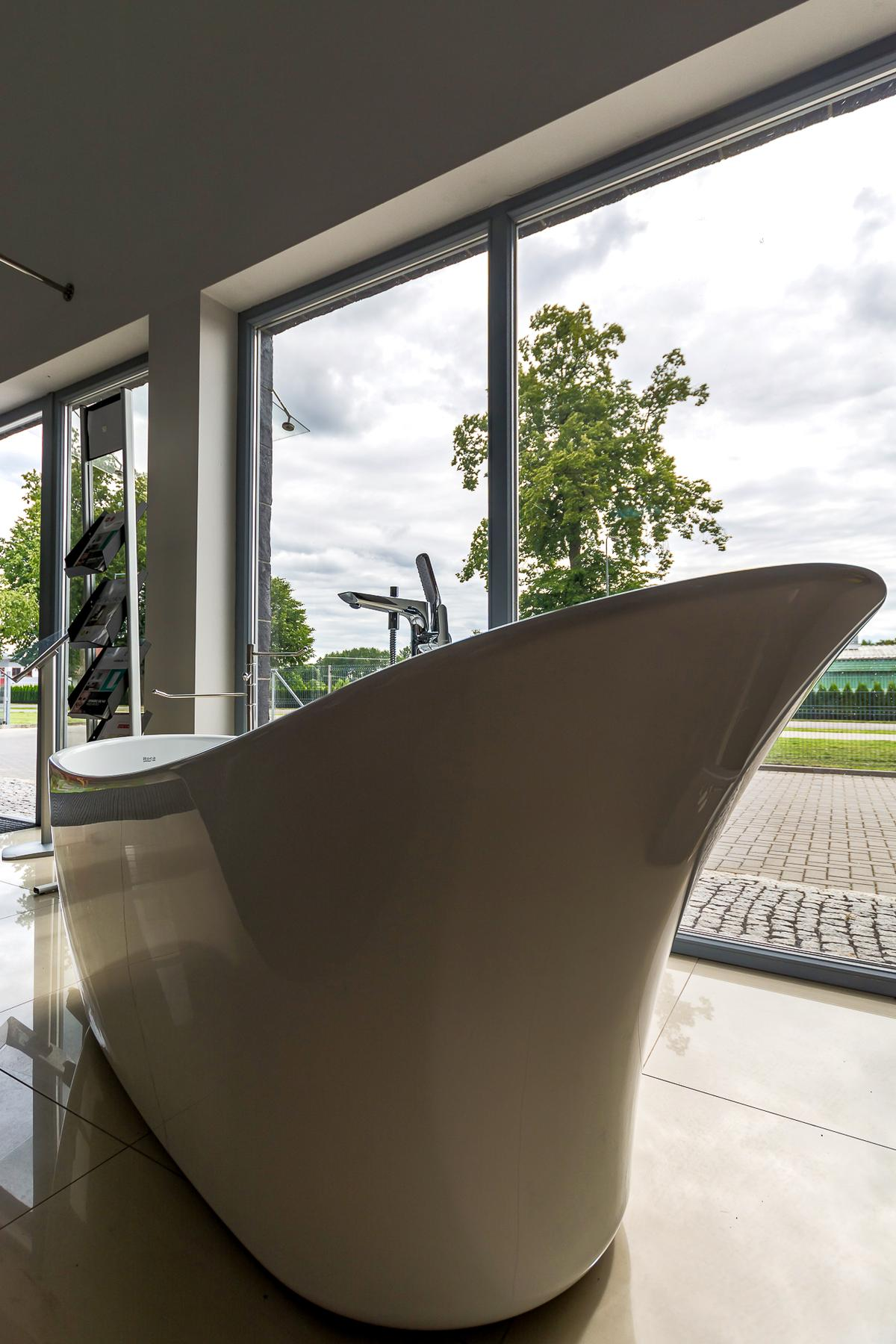 Biała wanna wolnostojąca - zdjęcie od BLU salon łazienek Giżycko