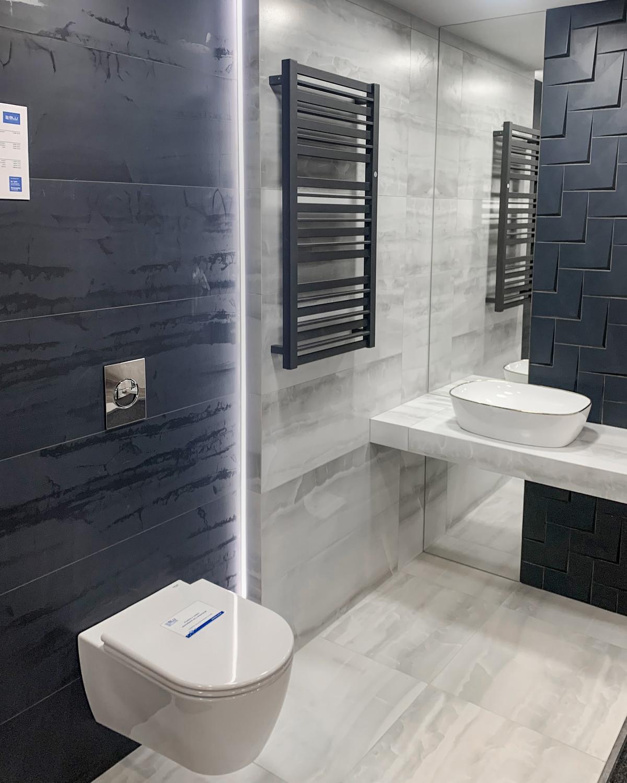 Białe i granatowe płytki Tubądzin COMA w BLU Olsztyn - zdjęcie od BLU salon łazienek Olsztyn
