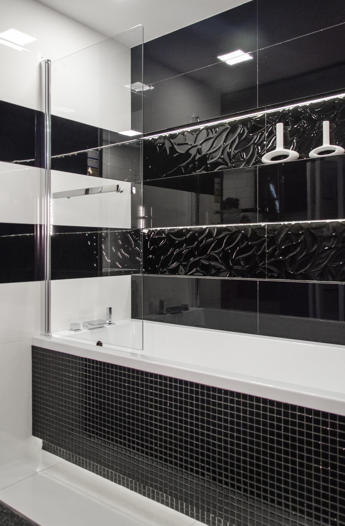 Biało-czarna aranżacja łazienki z płytką strukturalną i mozaiką - zdjęcie od BLU salon łazienek Koszalin