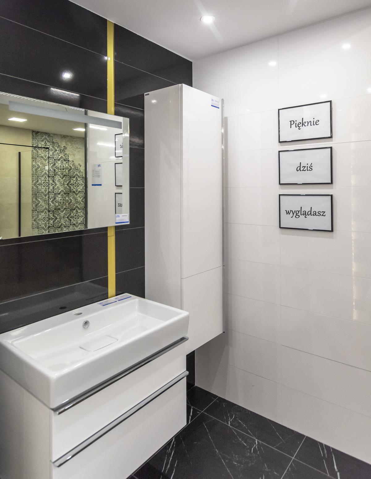 Biało-czarna łazienka Opoczno Magnifique z podłogą z wzorem marmuru - zdjęcie od BLU salon łazienek Biała Podlaska