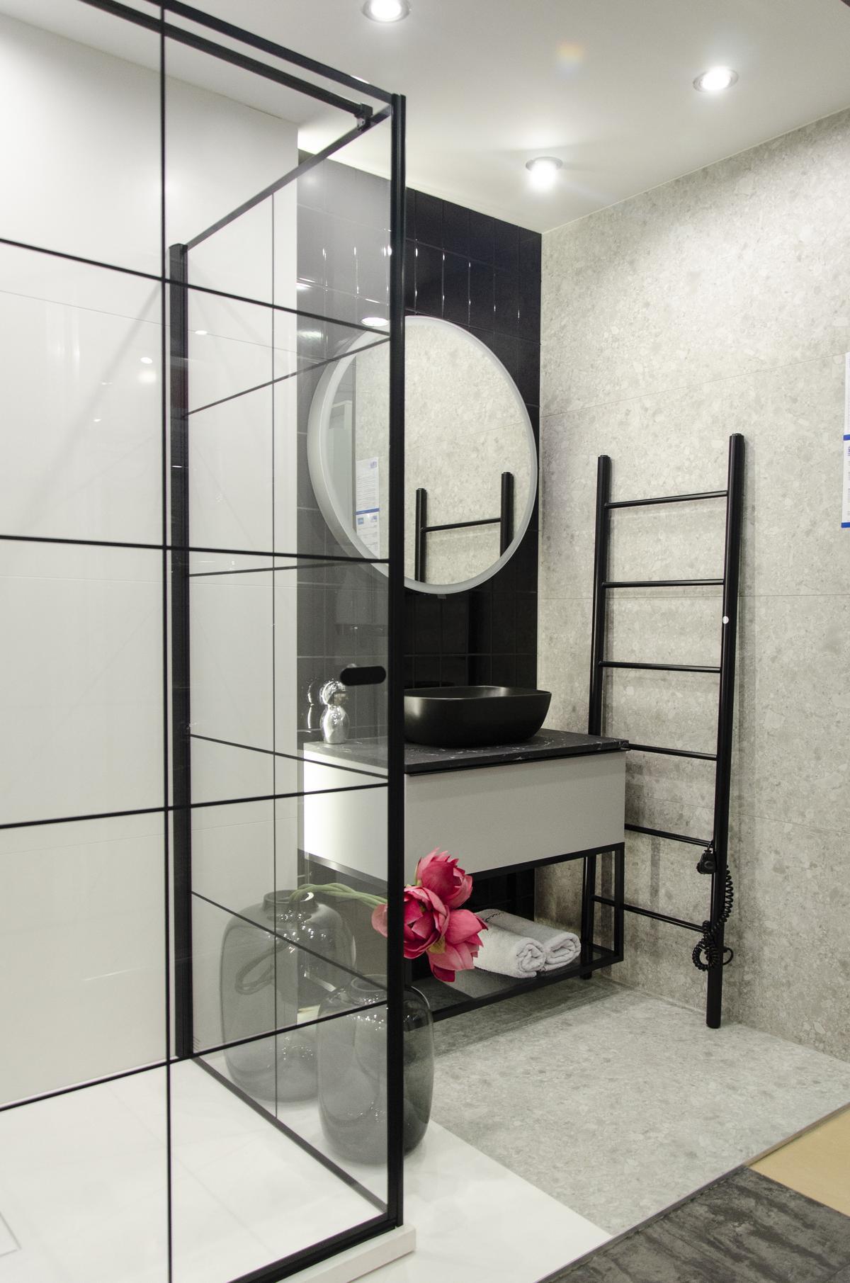 Biało-czarna łazienka w industrialnym stylu z czarną armaturą - zdjęcie od BLU salon łazienek Koszalin