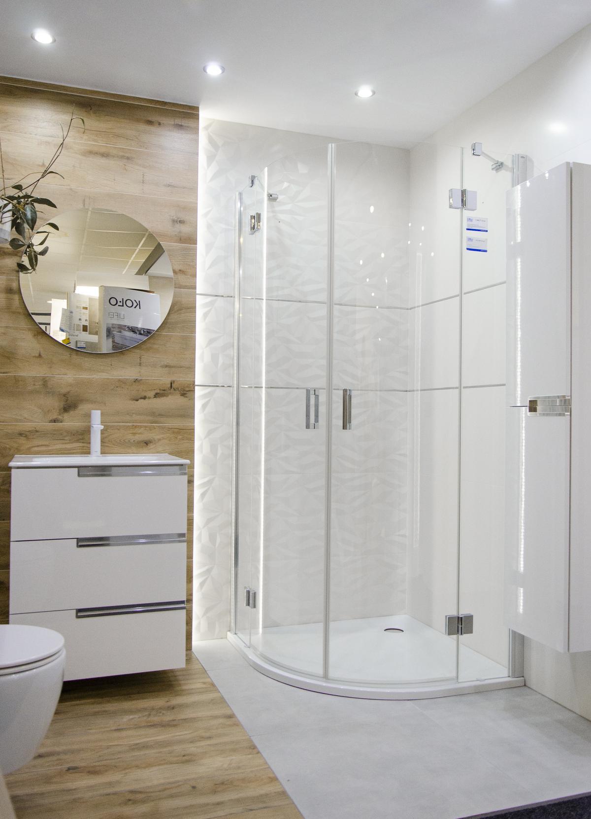 Biało-drewniana łazienka z białą armaturą i półokrągłą kabiną - zdjęcie od BLU salon łazienek Koszalin
