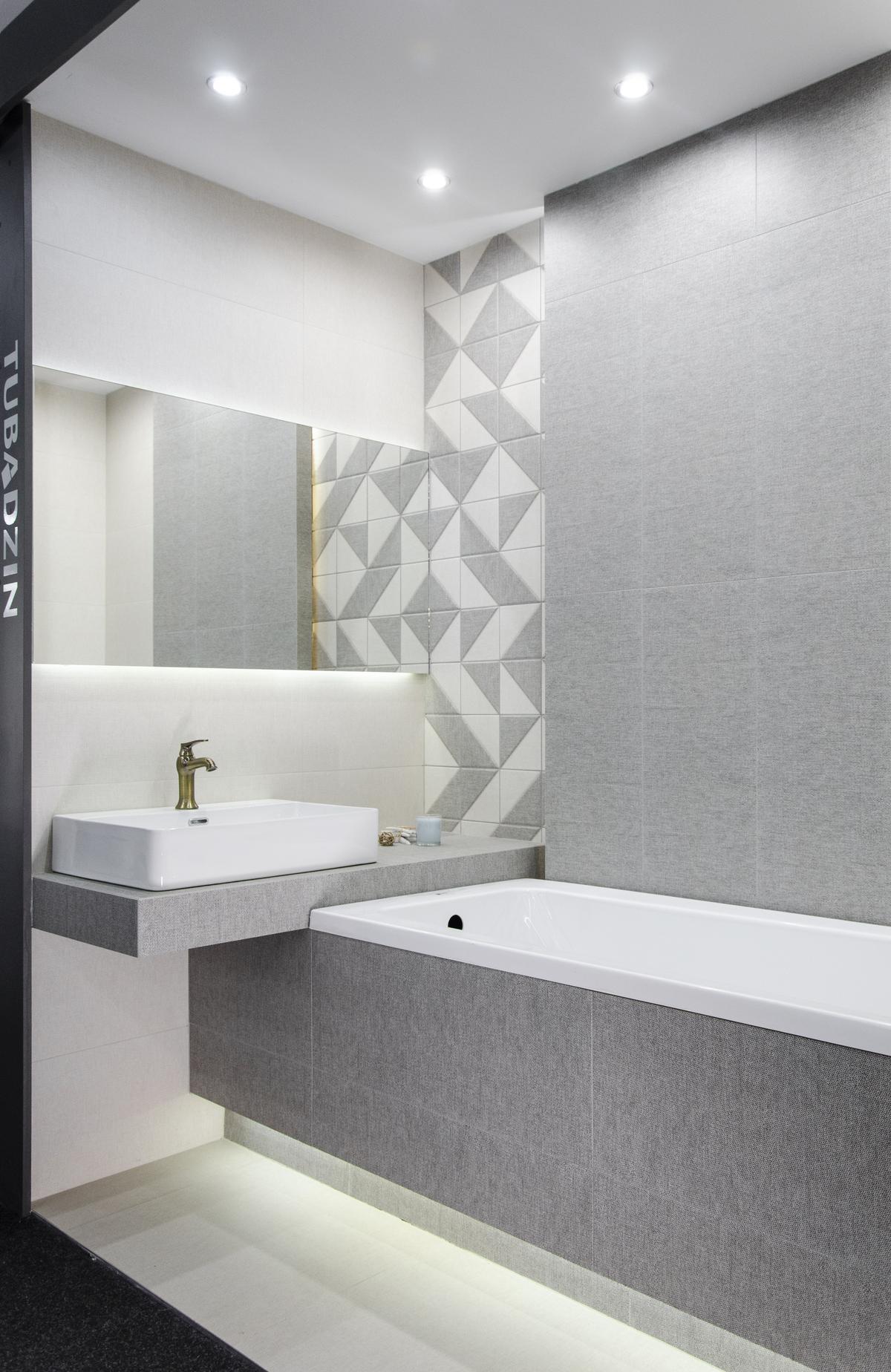 Biało-szara łazienka ze strukturalną płytką  - zdjęcie od BLU salon łazienek Skierniewice