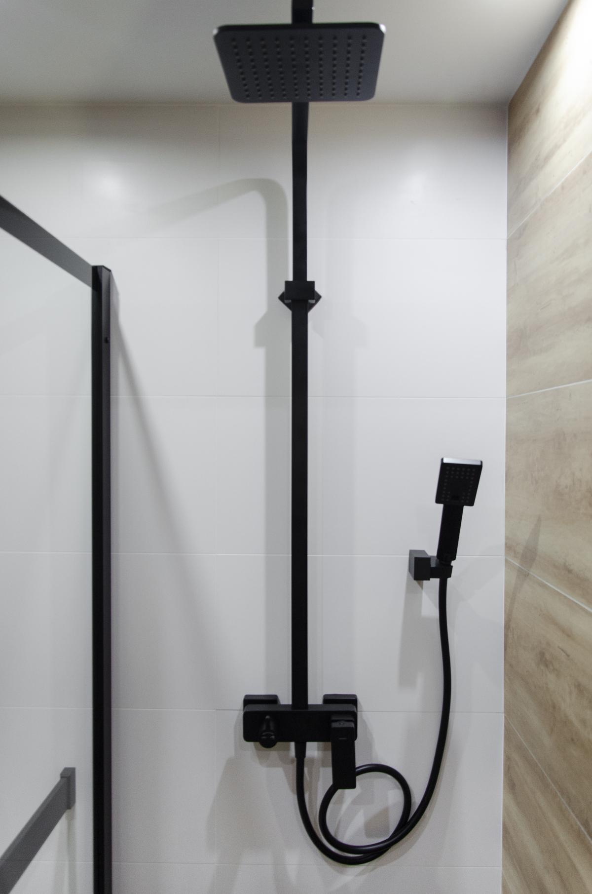 Czarna bateria prysznicowa z deszczownicą o matowym wykończeniu - zdjęcie od BLU salon łazienek Grudziądz