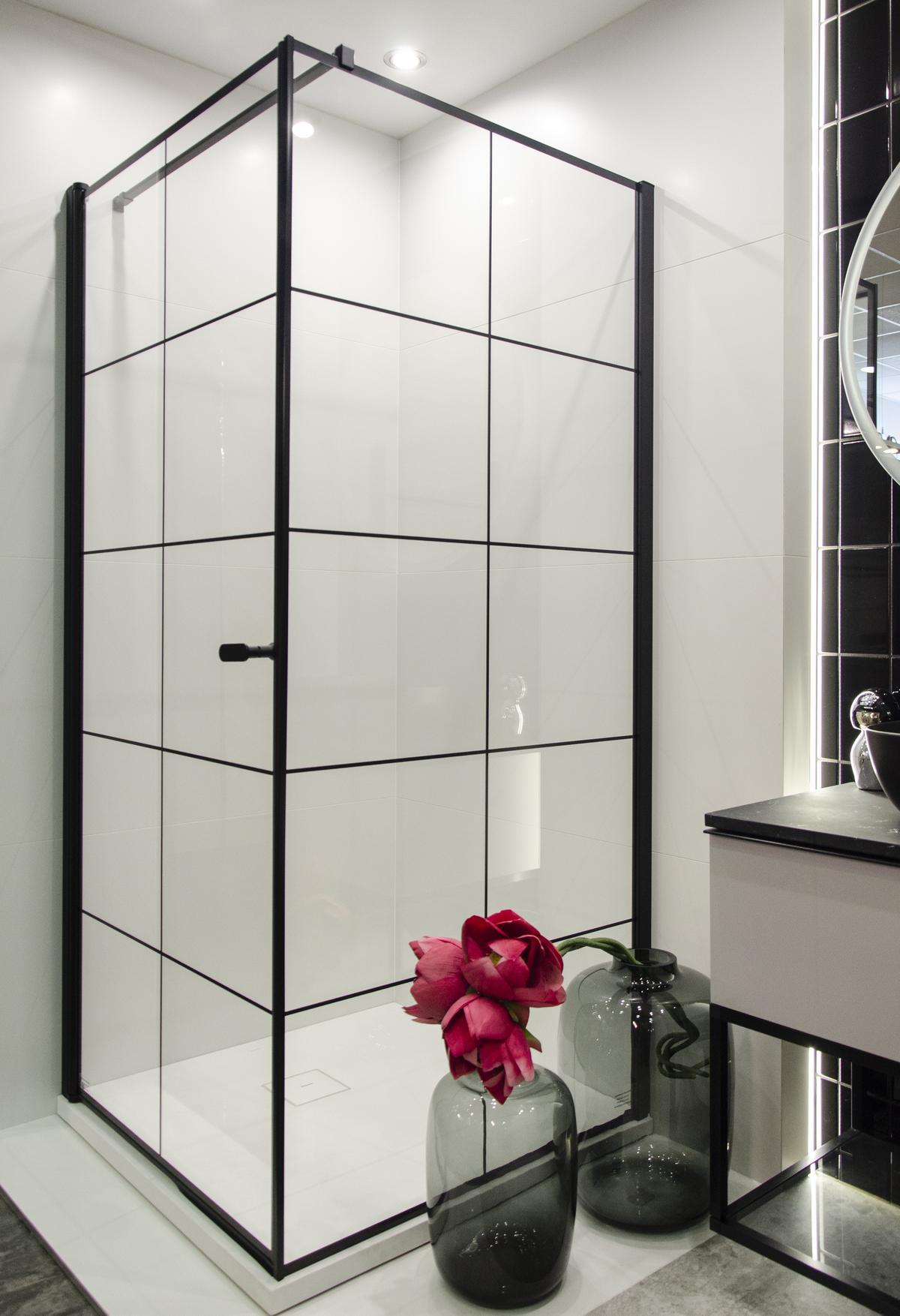 Czarna kabina prysznicowa w industrialnym stylu - zdjęcie od BLU salon łazienek Koszalin