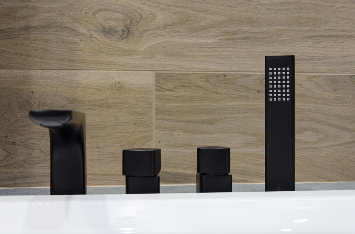 Czarna, matowa bateria wannowa w połączeniu z płytką drewnopodobną - zdjęcie od BLU salon łazienek Grudziądz