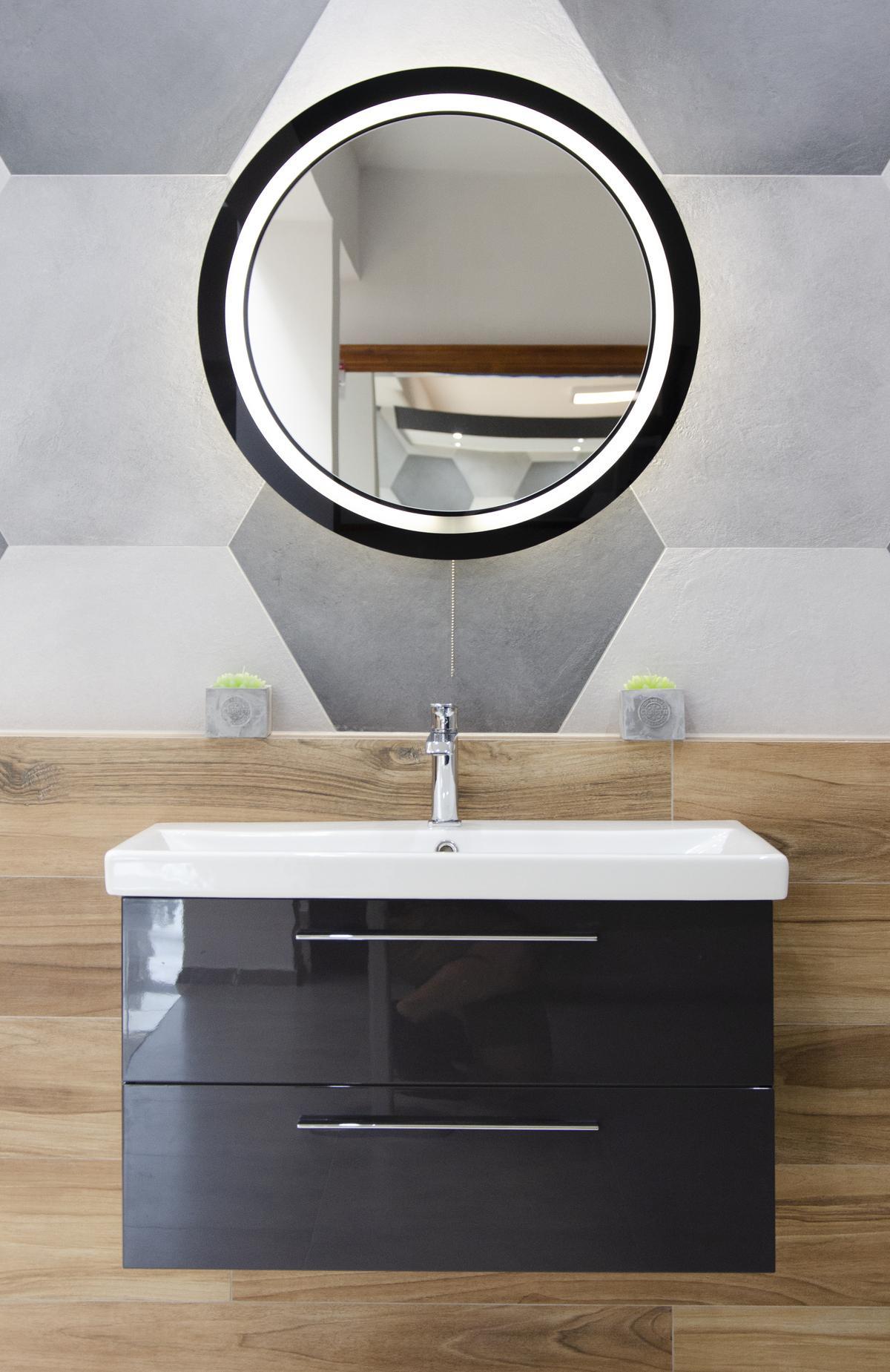 Czarne akcenty w połączeniu z industrialną szarością - zdjęcie od BLU salon łazienek Grudziądz