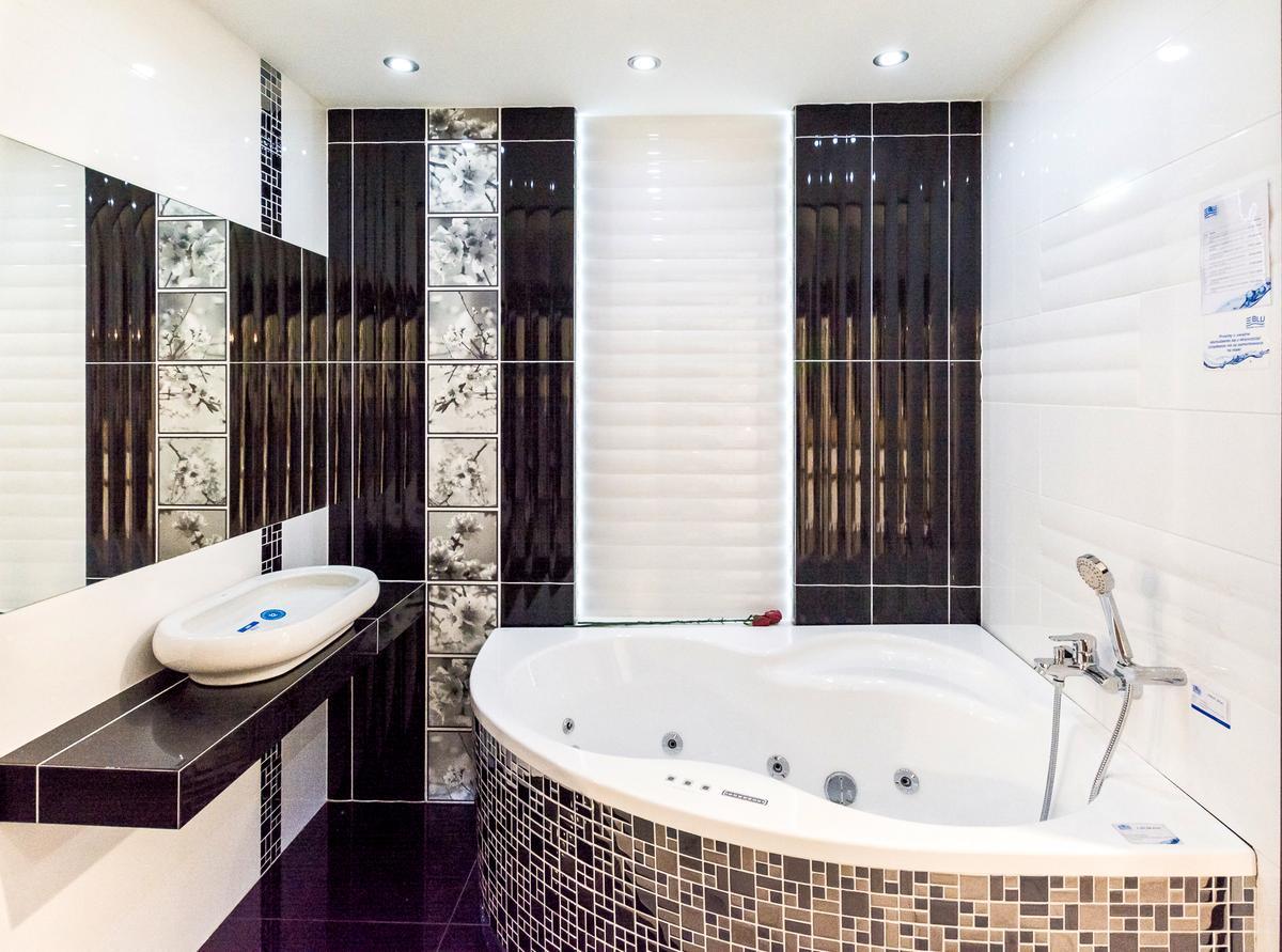Czarno-biała aranżacja łazienki z wanną narożną - zdjęcie od BLU salon łazienek Cieszyn