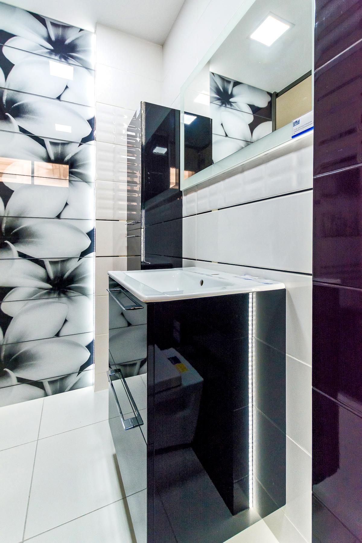 Czarno-biała łazienka z dekorami - zdjęcie od BLU salon łazienek Giżycko