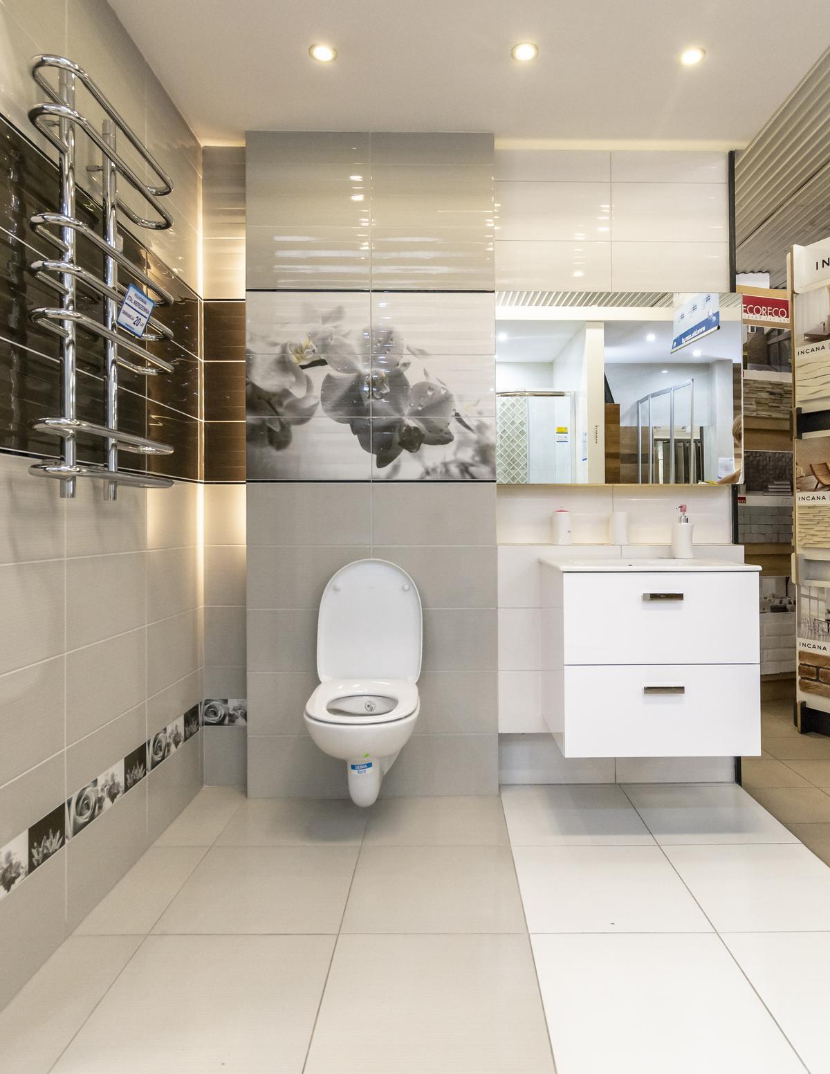Czarno-biała łazienka z dekorem - zdjęcie od BLU salon łazienek Biała Podlaska