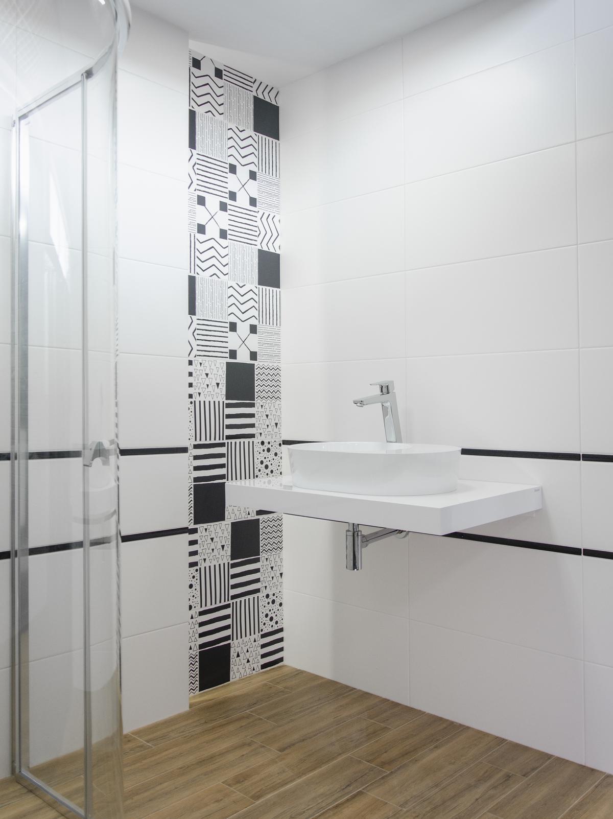 Czarno-biała łazienka z patchworkową płytką - zdjęcie od BLU salon łazienek Łowicz