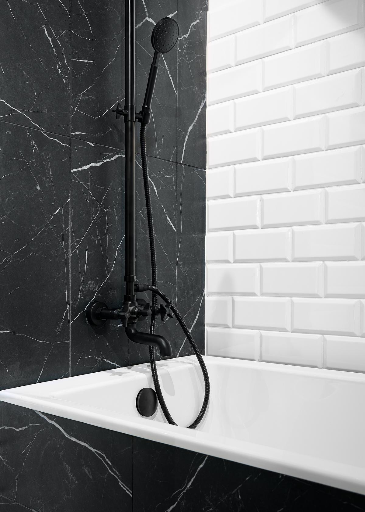 Czerń kamiennych płytek i biel kafelków Paradyż Tamoe w łazience - zdjęcie od BLU salon łazienek Elbląg