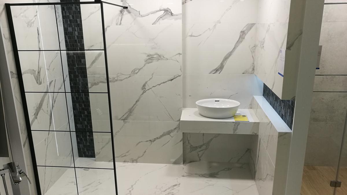 Ekspozycja łazienki - płytki Tubądzin Pietrasanta - zdjęcie od BLU salon łazienek Siedlce