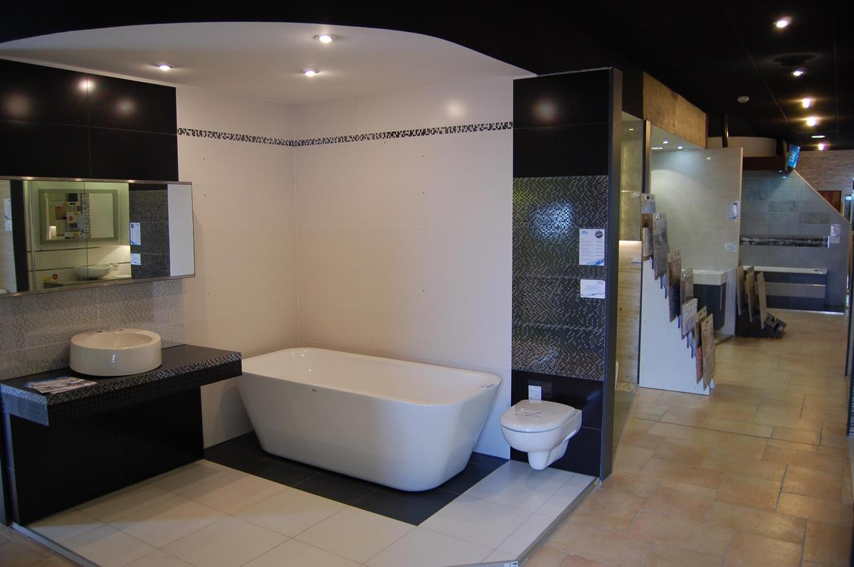 Ekspozycja łazienki w płytkach Tubądzin kolekcja Vampa - zdjęcie od BLU salon łazienek Nowy Sącz
